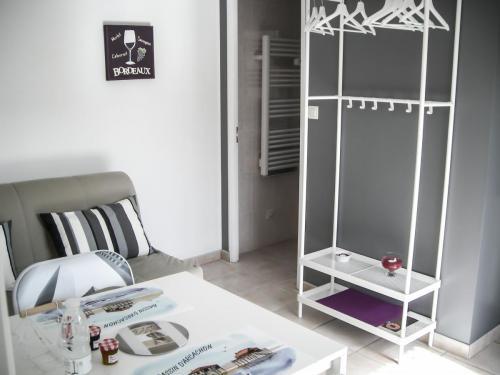 Chambre d'hôte - Cabane Blanche - Le salon avec l'accès à la salle de bain